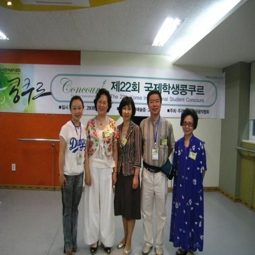 与韩国评委合影